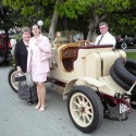 Vydarená rodinka s autíčkom.
