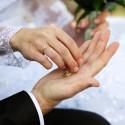 Naše snubné prstienky, zatiaľ len ako rekvizita.