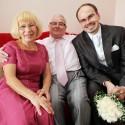 Ženích s rodičmi.