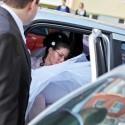 Nevesta sa ukladá do auta a smeruje do kostola na obrad.