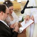 Jurko skladá svoju časť manželského sľubu.