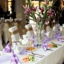 Slávnostné prestieranie na mieste svadobnej hostiny.