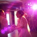 Mladomanželia v zápale tancovania.