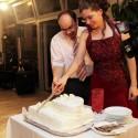 Spoločné krájanie svadobnej torty.