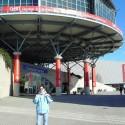 Martinka pred budovou Convention Center v priestoroch veľtrhu CeBIT.
