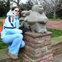 Martinka s opicami v miestnom mestskom parku.