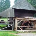 Drevený mlyn v skanzene.